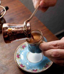 preparazione di un caffè turco
