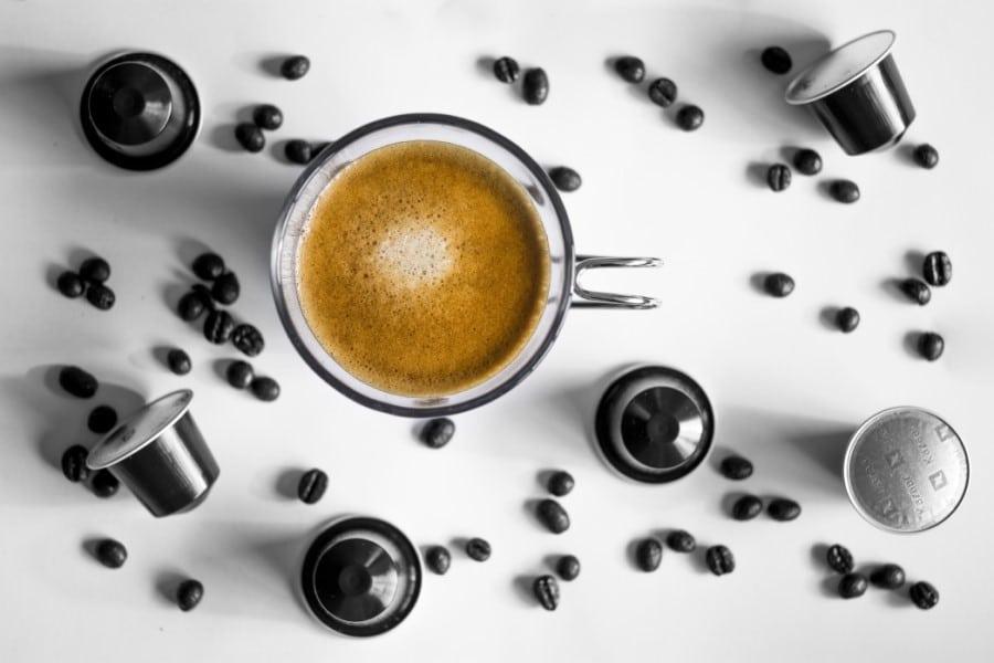 capsule per caffè e tazzina di espresso