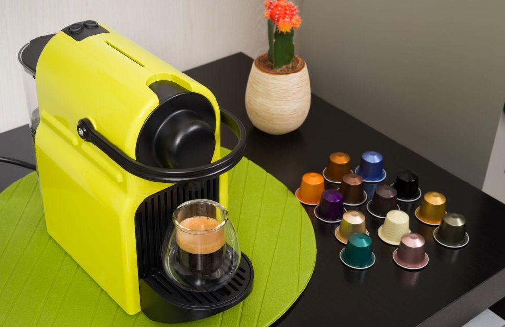 macchina caffè e capsule sul tavolo
